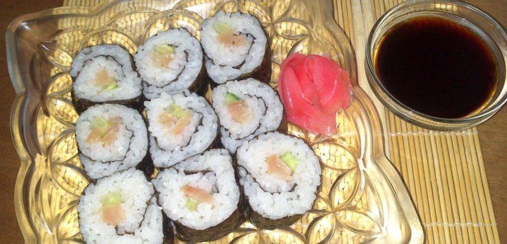Японские роллы c лососем и огурцом